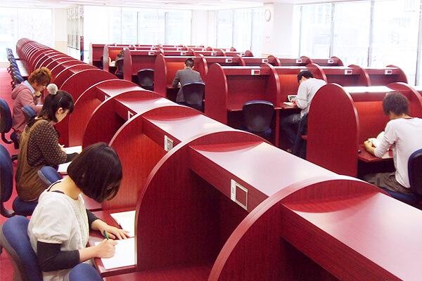 自習室 四谷学院の自習室では豪華なホテルの雰囲気の快適空間を用意しました。セパ... 大学受験予